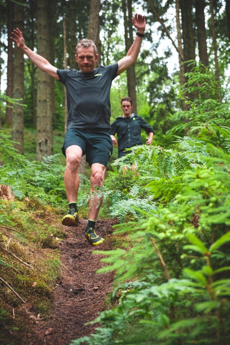 Simon Grimstrup på vej ned af stigningen han satte verdensrekord på. I sine Scott Supertrac RC2